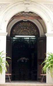 Hành lang trên tầng được lát gạch bông và mái ngói đỏ